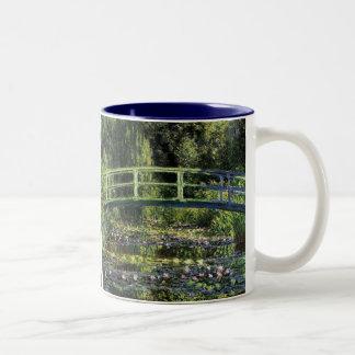 Lirios de agua y puente japonés taza