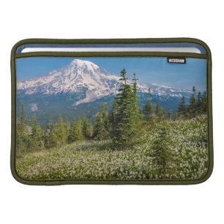 Lirios de avalancha y el Monte Rainier Fundas MacBook