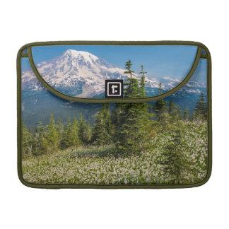 Lirios de avalancha y el Monte Rainier Funda Para Macbook Pro