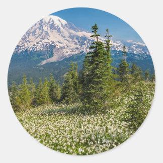 Lirios de avalancha y el Monte Rainier Pegatina Redonda