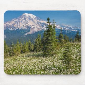 Lirios de avalancha y el Monte Rainier Tapete De Ratón