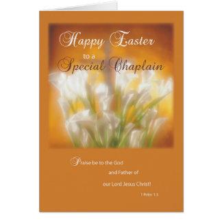 Lirios de pascua felices del capellán con la cruz tarjeta de felicitación