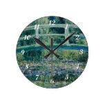 Lirios del agua de Claude Monet y puente japonés Reloj Redondo Mediano