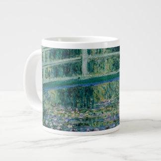 Lirios del agua de Claude Monet y puente japonés Taza Extra Grande