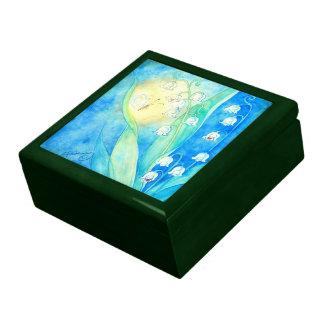 Lirios del valle con la mariposa caja de regalo