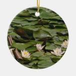 Lirios en las flores de los cojines ornamentos para reyes magos