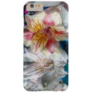 Lirios hermosos en el iPhone 6 de la floración más Funda De iPhone 6 Plus Barely There