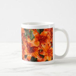 Lirios tigrados anaranjados vibrantes taza de café