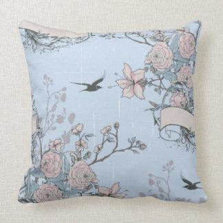 Lirios y rosas rosados en la almohada de tiro azul