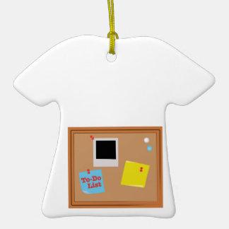 Lista de lío adorno de cerámica en forma de camiseta