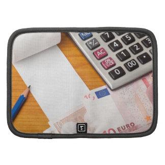 Lista en blanco con euro y la calculadora organizador