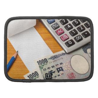 Lista en blanco con los yenes y la calculadora planificadores