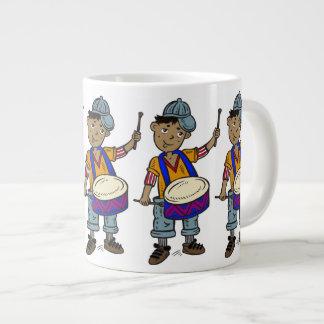 Little Boy con los tambores Taza Extra Grande