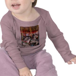 Little Boy en el carrusel Camisetas