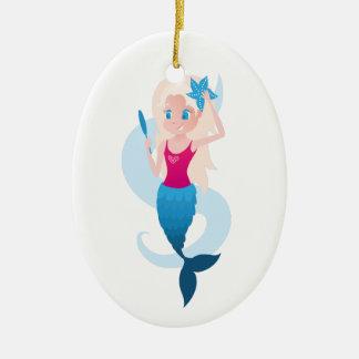 Little mermaid con el ejemplo del espejo y de la adorno navideño ovalado de cerámica