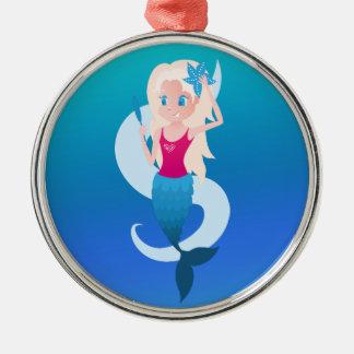 Little mermaid con el ejemplo del espejo y de la adorno navideño redondo de metal