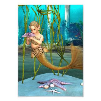 Little mermaid con la flor de la anémona fotografías