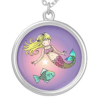 Little mermaid y collar de los pescados