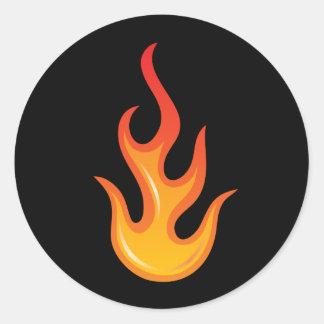 Llama caliente llameante del fuego en los pegatina redonda