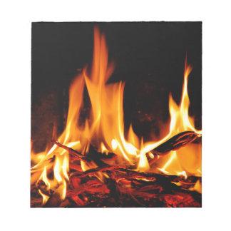 llama del fuego en fondo negro bloc de notas