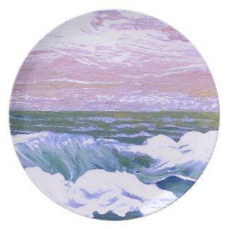 Llamada de las olas oceánicas del mar que navegan  platos de comidas