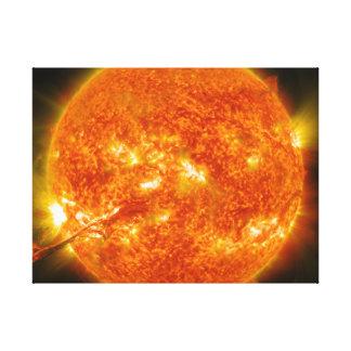 Llamarada solar o eyección total de la guirnalda e impresión en lienzo estirada