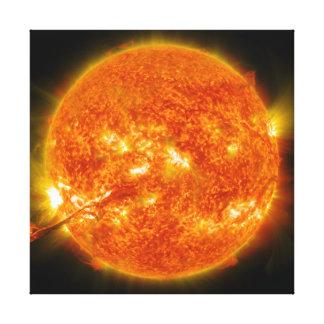 Llamarada solar o eyección total de la guirnalda e lienzo envuelto para galerías