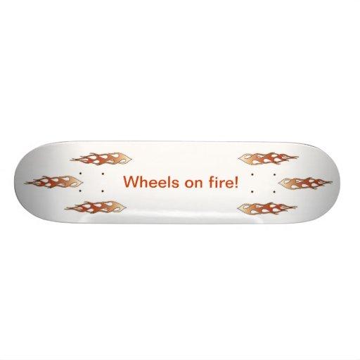 llamas alrededor del texto, ruedas en el fuego monopatines personalizados