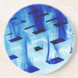 Llamas azules a través de la foto blanca del diseñ posavasos diseño