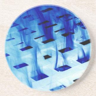 Llamas azules a través de la foto blanca del diseñ posavasos cerveza
