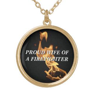 Llamas de la esposa del bombero orgulloso pendiente personalizado