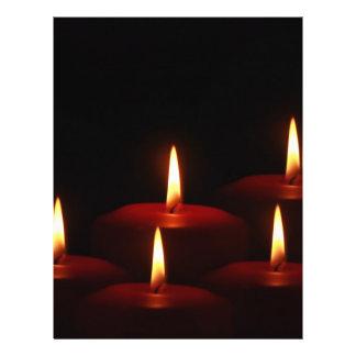 Llamas de vela del advenimiento del día de fiesta tarjetón
