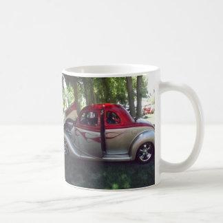 Llamas rojas y taza clásica de plata del coche