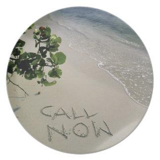 """""""Llame ahora"""" la arena escrita en la playa, Platos De Comidas"""