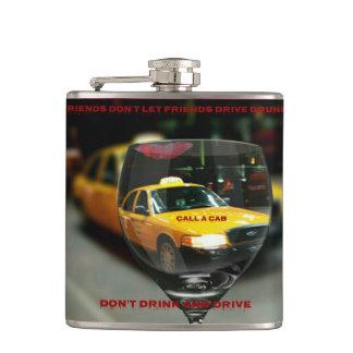 Llame un taxi responsable bebiendo el frasco petaca