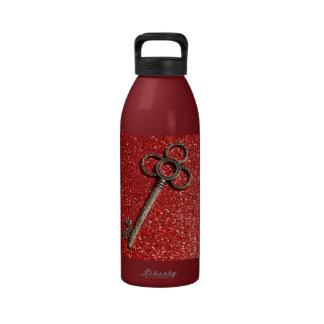 Llave con rojo reluciente botella de agua