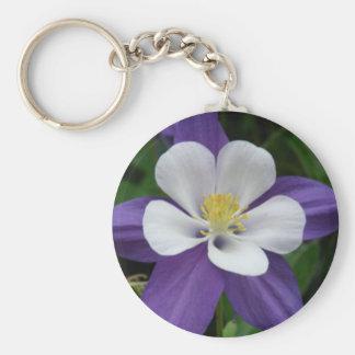 Llavero de la flor púrpura y blanca de Columbine