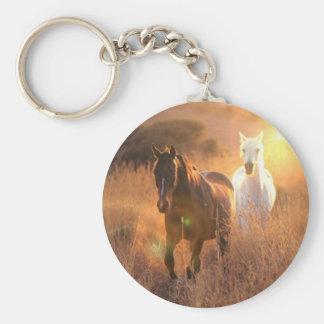 Llavero galopante de los caballos salvajes