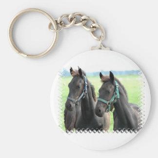 Llavero negro del diseño de los caballos