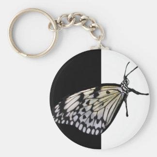 Llavero negro y blanco de la mariposa