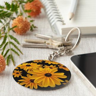 Llavero observado negro floral amarillo de la flor
