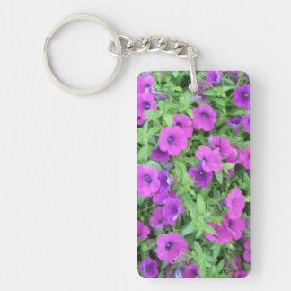 Llavero púrpura del acrílico de las petunias