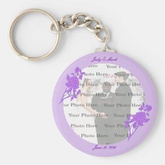 Llavero redondo de encargo de la flor púrpura