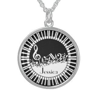 Llaves circulares del piano y notas embarulladas collares de plata esterlina