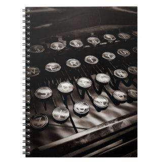 Llaves de la máquina de escribir del vintage en bl libreta