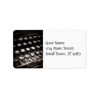Llaves de la máquina de escribir del vintage en bl etiqueta de dirección