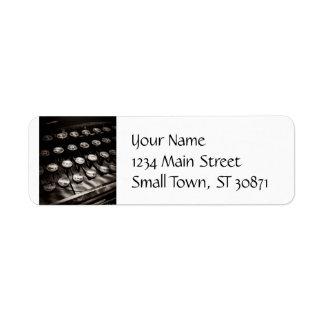 Llaves de la máquina de escribir del vintage en etiqueta de remitente