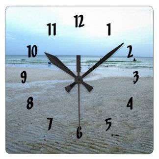 Llaves de la siesta que caminan a lo largo de las  reloj