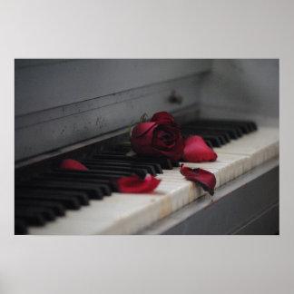 Llaves del piano con un rosa rojo póster