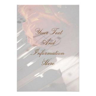 Llaves del piano e invitación color de rosa